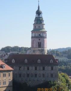 チェスキー・クロムロフ城の塔を眺める